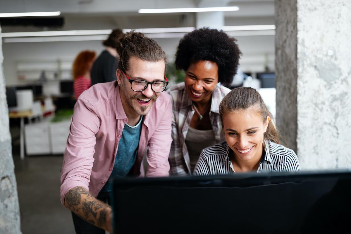 Compañeros en una oficina compartiendo ideas