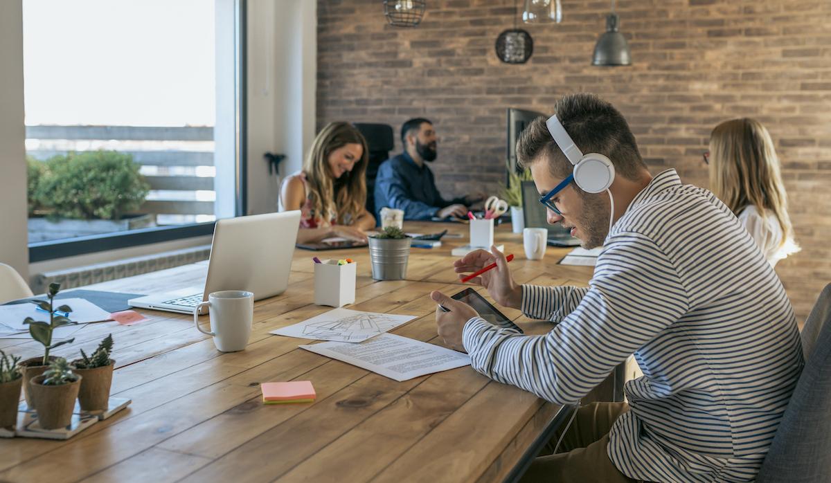 Creativos trabajando en la oficina