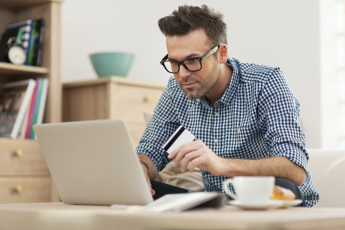 Hombre haciendo una compra online