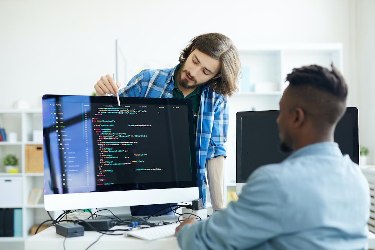 Programadores desarrollando un algoritmo