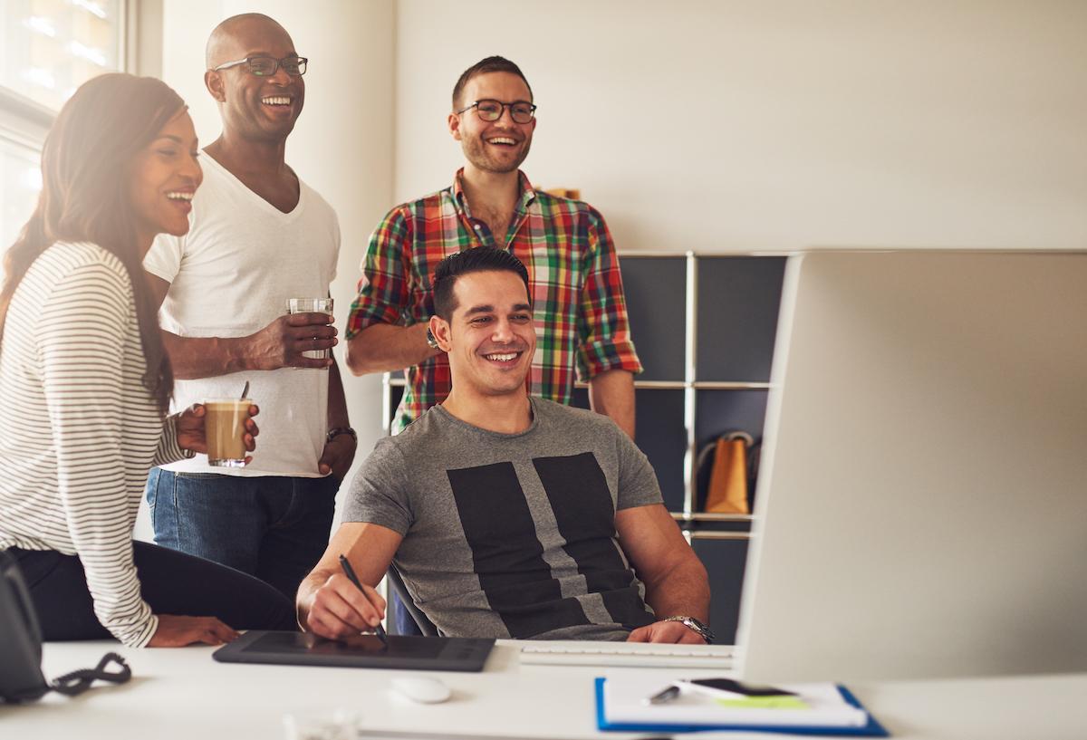 Compañeros de trabajo leyendo un blog
