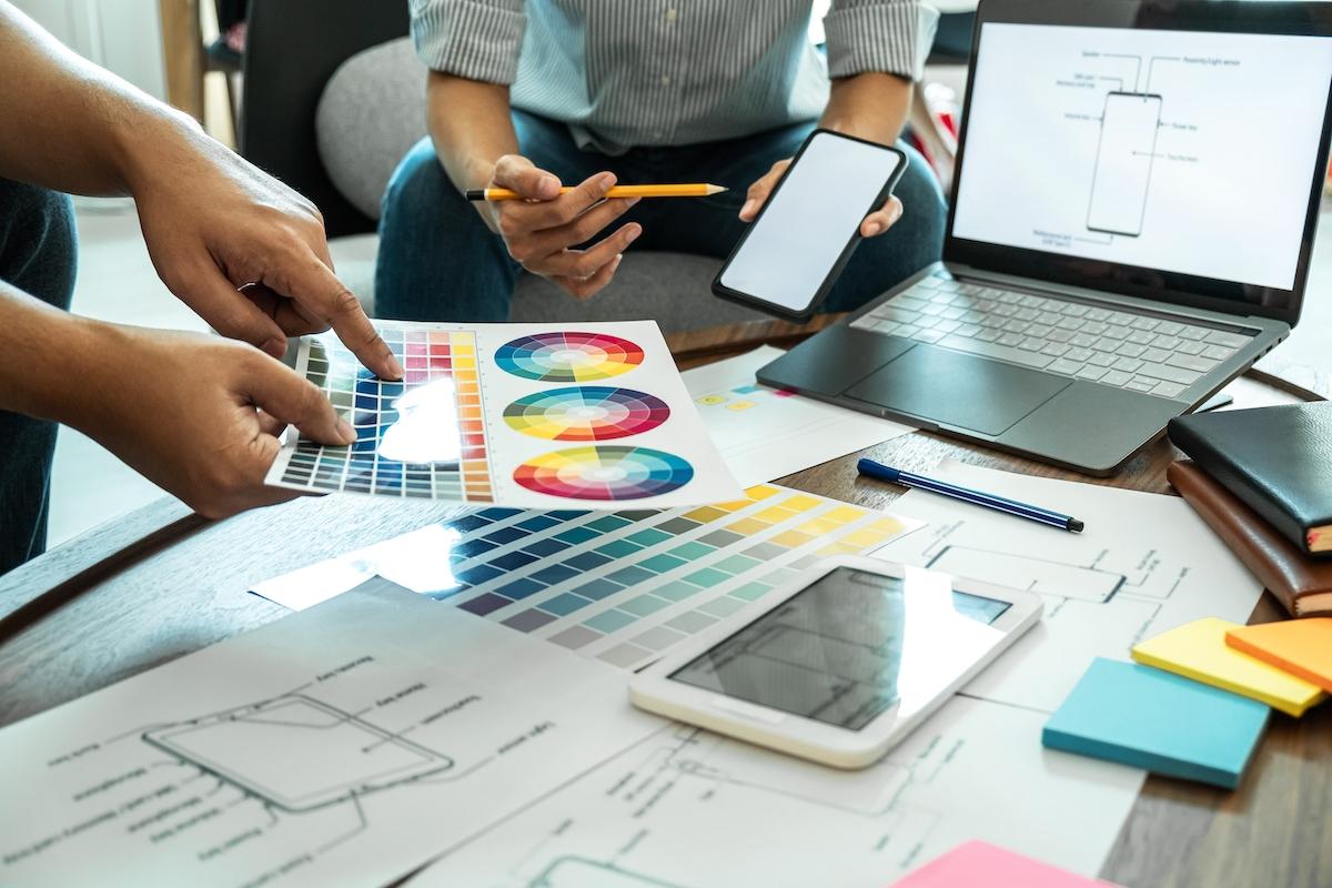 Diseñadores trabajando en la ux.