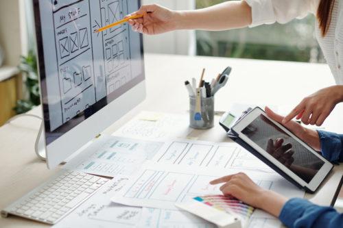 Equipo de una agencia creativa de diseño trabajando en un proyecto.
